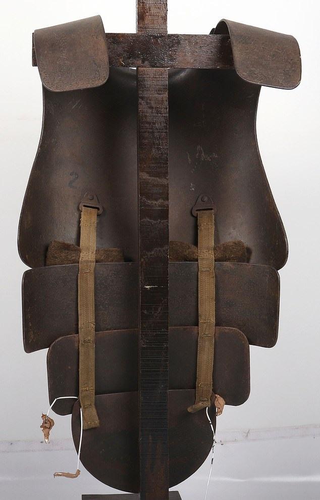 درع فولاذى من العصور الوسطى معرض للبيع بألفين أسترلينى  (4)