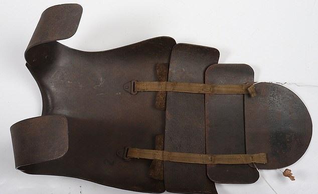 درع فولاذى من العصور الوسطى معرض للبيع بألفين أسترلينى  (1)