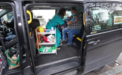 خدمة تاكسى اللقاح احدث وسيلة لتطعيم البريطانين فى لندن