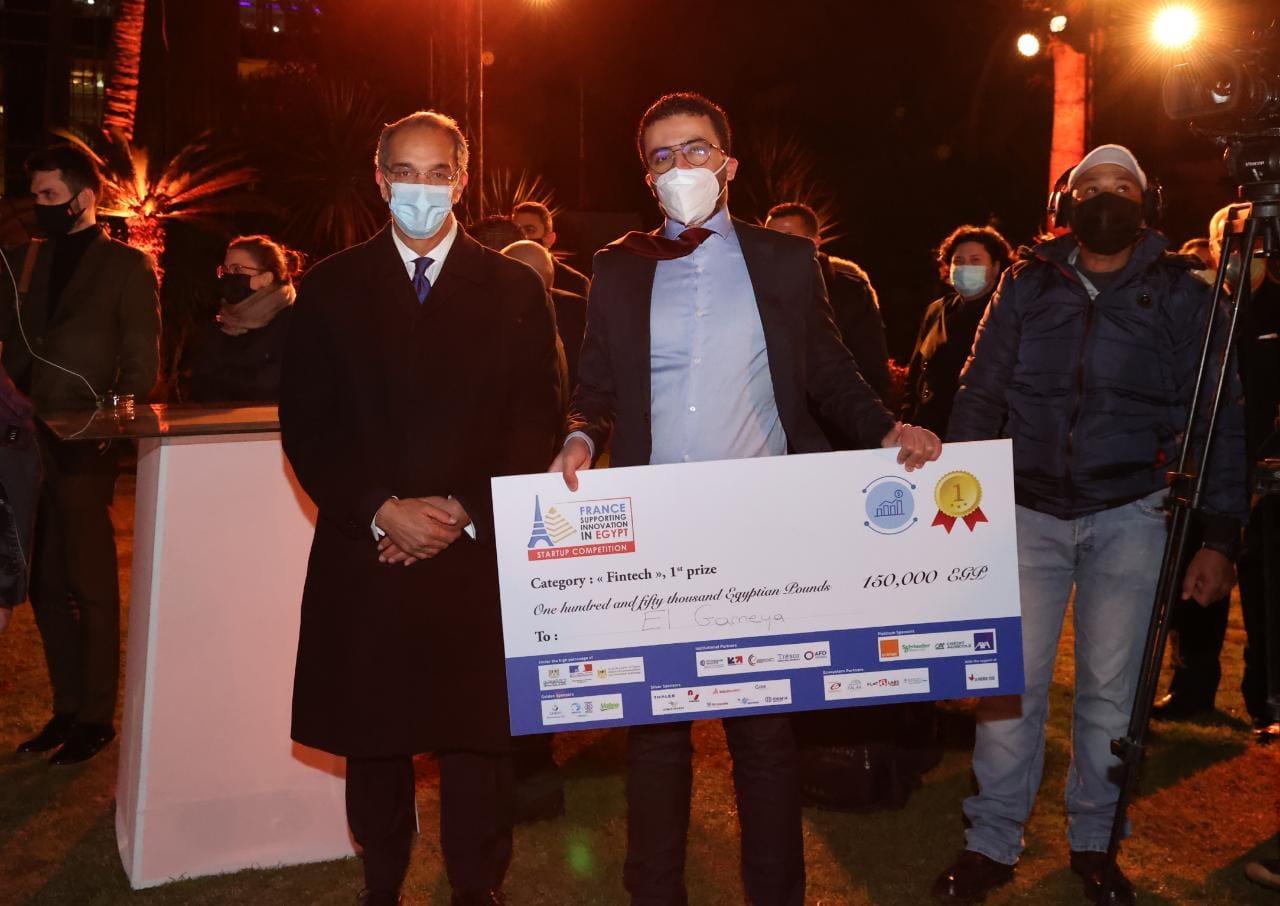الدكتور عمرو طلعت وزير الاتصالات مع احد الفائزين
