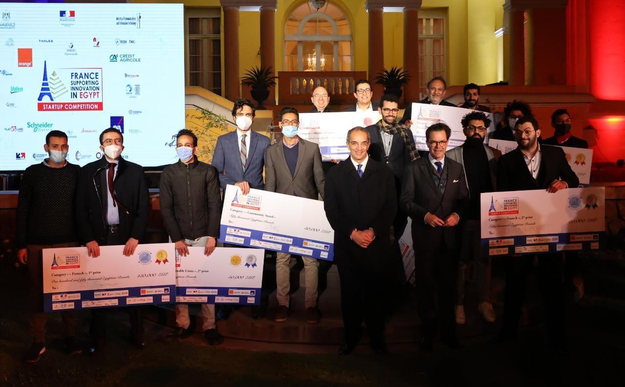 وزير الاتصالات والسفير الفرنسي مع الفائزين بمسابقة الشركات الناشئة