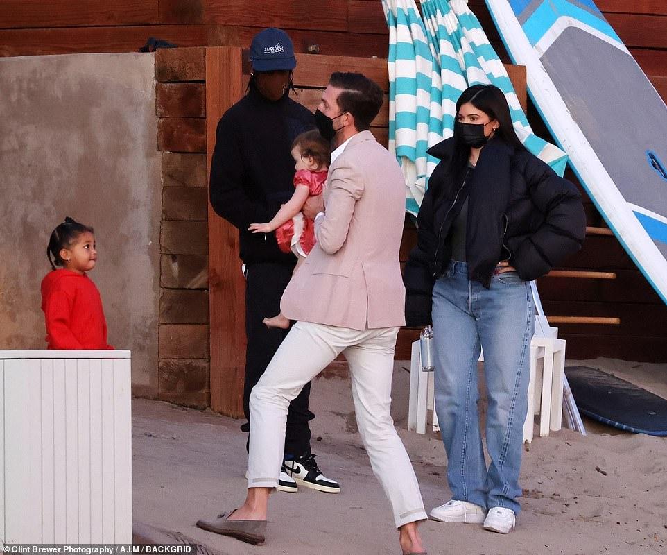 كايلي جينر مع صديقها وابنتها