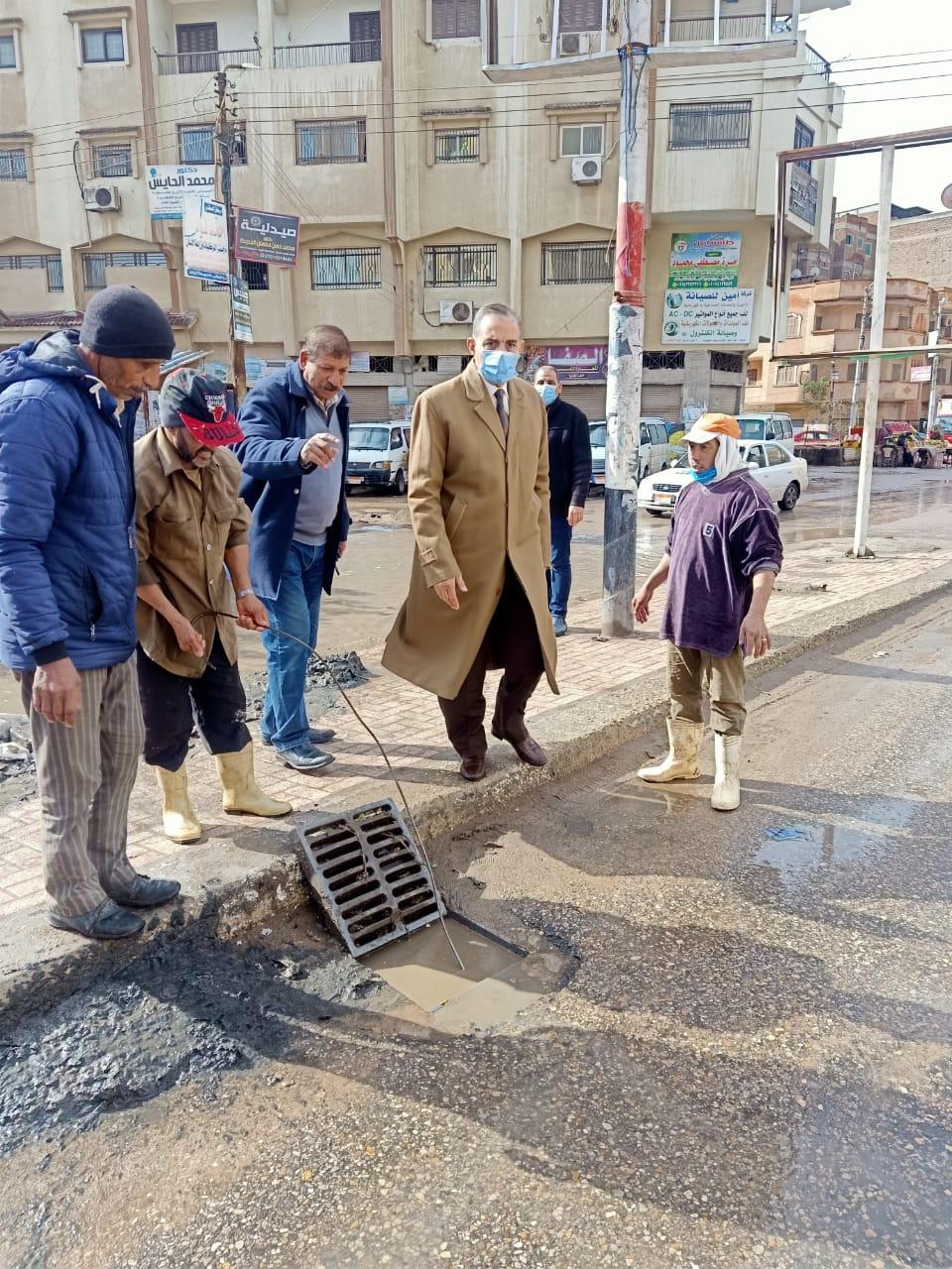 محافظ كفر الشيخ يتفقد اعمال رفع مياه الامطار وتسليك البلاعات