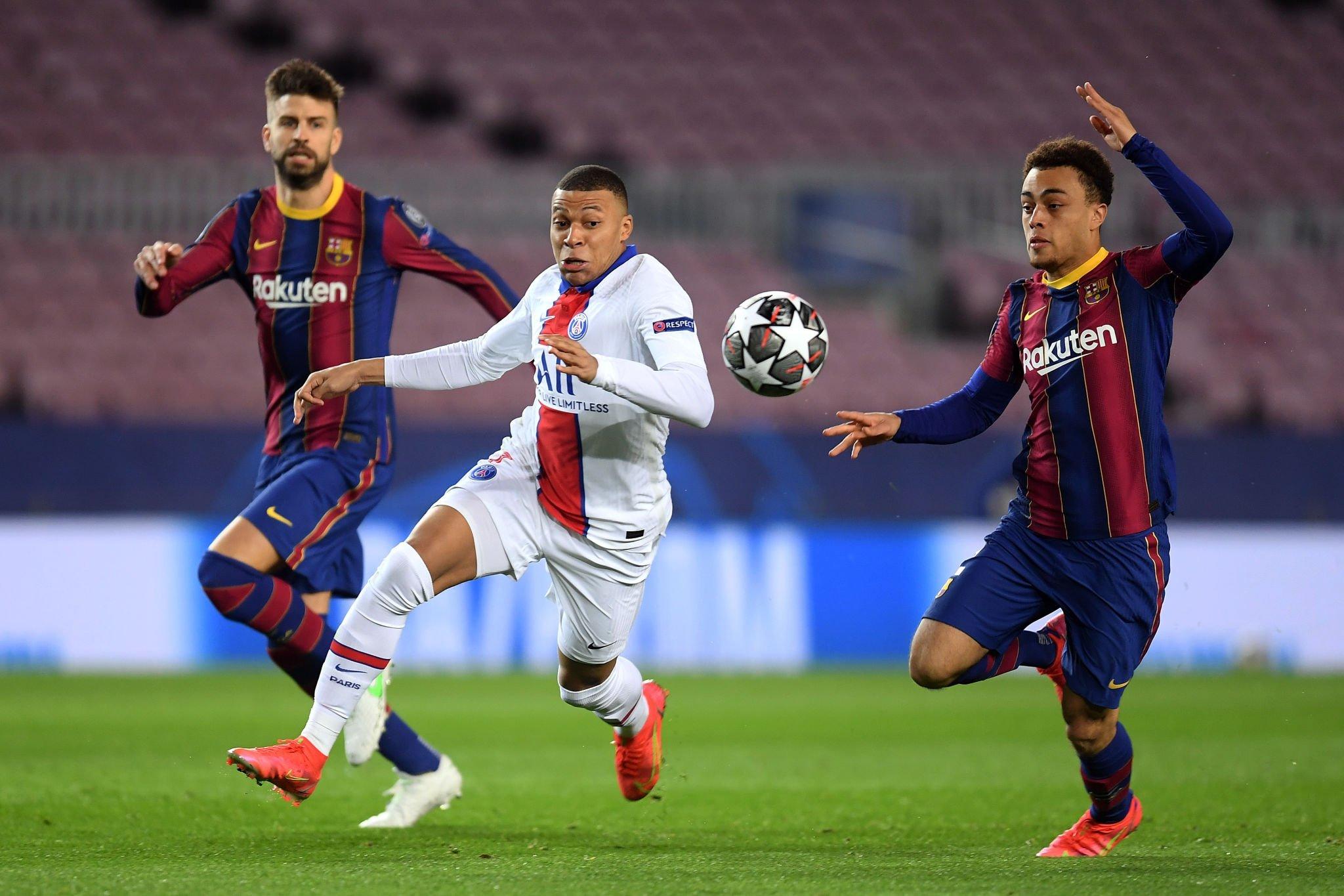 حصار ثنائي من لاعبى برشلونة على مبابي