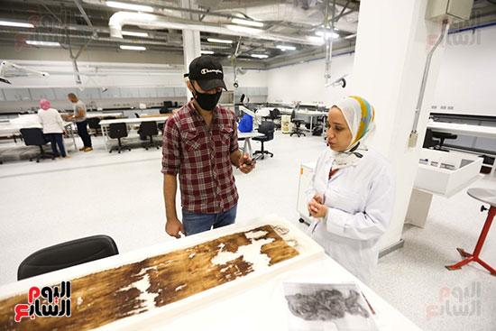 أحمد منصور داخل معامل الترميم بالمتحف الكبير