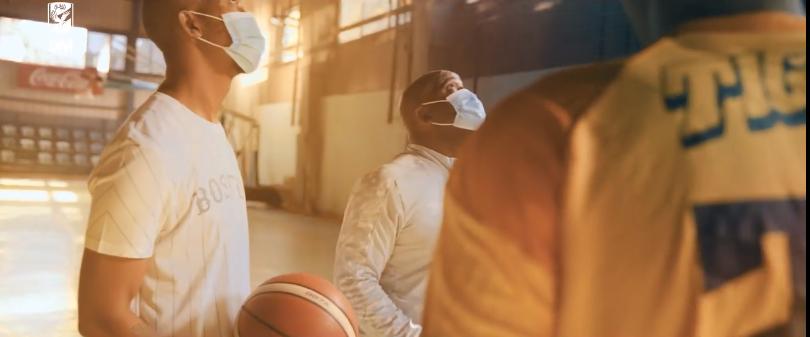 موسيمانى يلعب كرة السلة