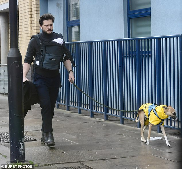 كيت هارينجتون يظهر مع رضيعه فى شوارع لندن