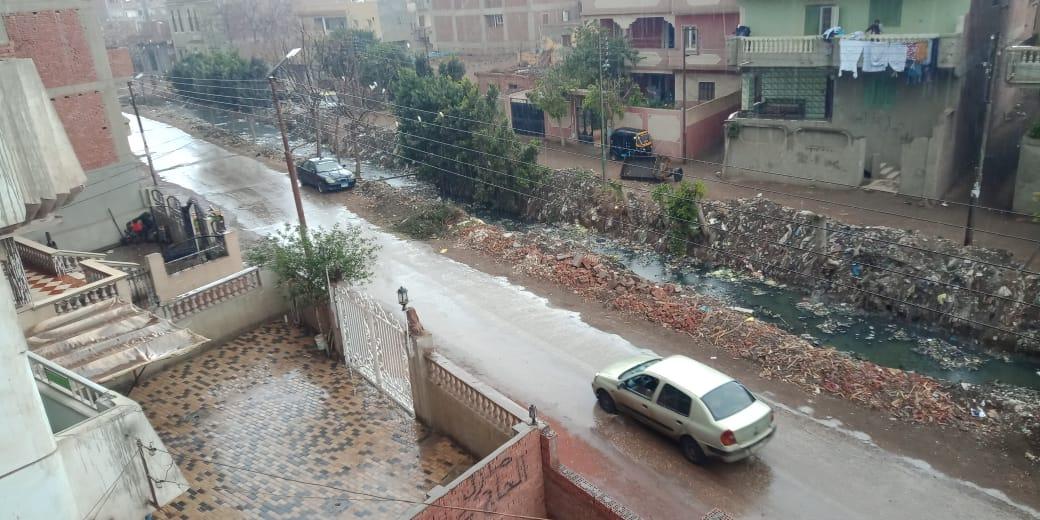 جانب من سقوط مياه الامطار