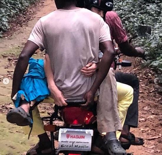 تم نقل آشلي بدراجة بخارية فيما بعد للعلاج