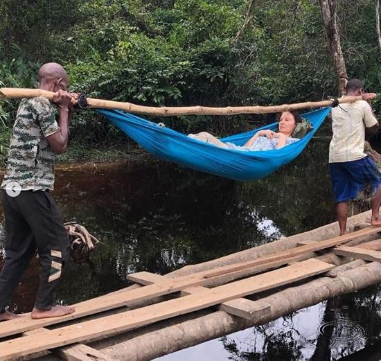 3 ساعات وهم يحملون جود عبر الغابة إلى أقرب وسيلة نقل