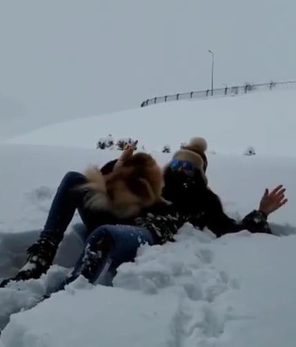 اليسا تستمتع بين الثلوج