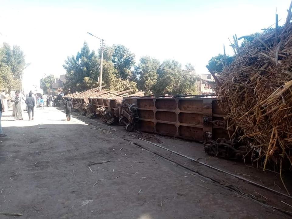 إنقلاب قطار قصب أمام المنازل بقرية العشى شمال الأقصر