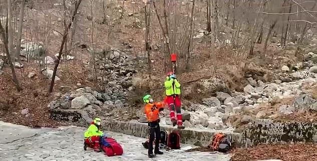 كلب يساعد بقاء صاحبه على قيد الحياة بعد إصابته في جبال الألب الإيطالية (1)