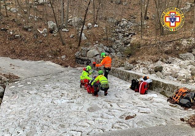 كلب يساعد بقاء صاحبه على قيد الحياة بعد إصابته في جبال الألب الإيطالية (3)