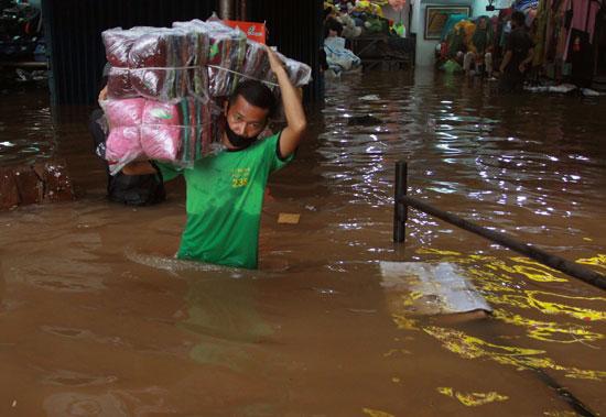 نزوح المواطنين بسبب الفيضانات