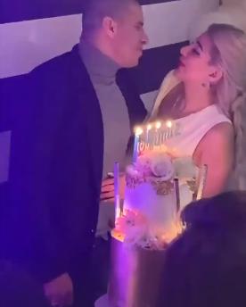 زيدان يحتفل بعيد ميلاد زوجتة