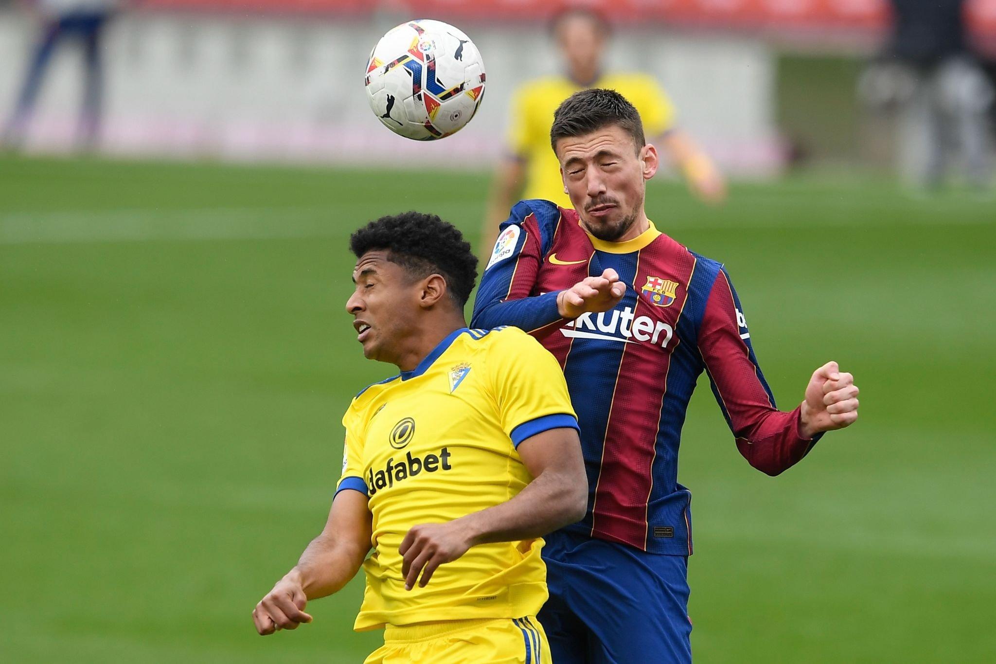 لينجليت مدافع برشلونة فى كرة هوائية مع لاعب قادش