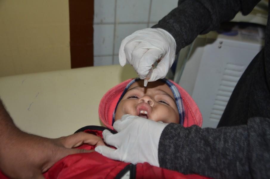 جانب من النقط خلال التطعيم للاطفال