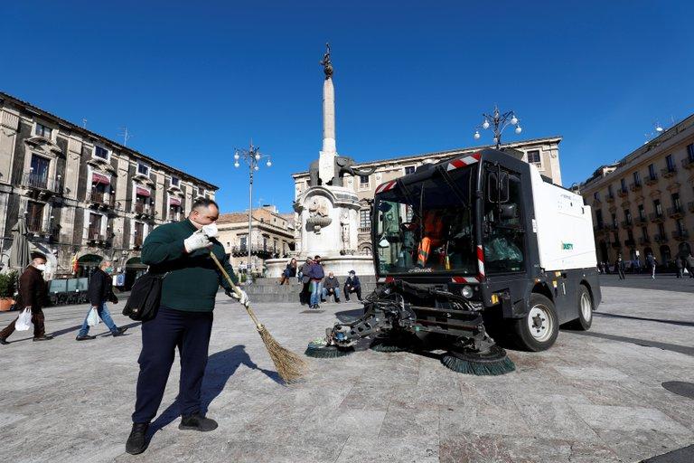 تنظيف الشوارع الايطالية من رماد البركان