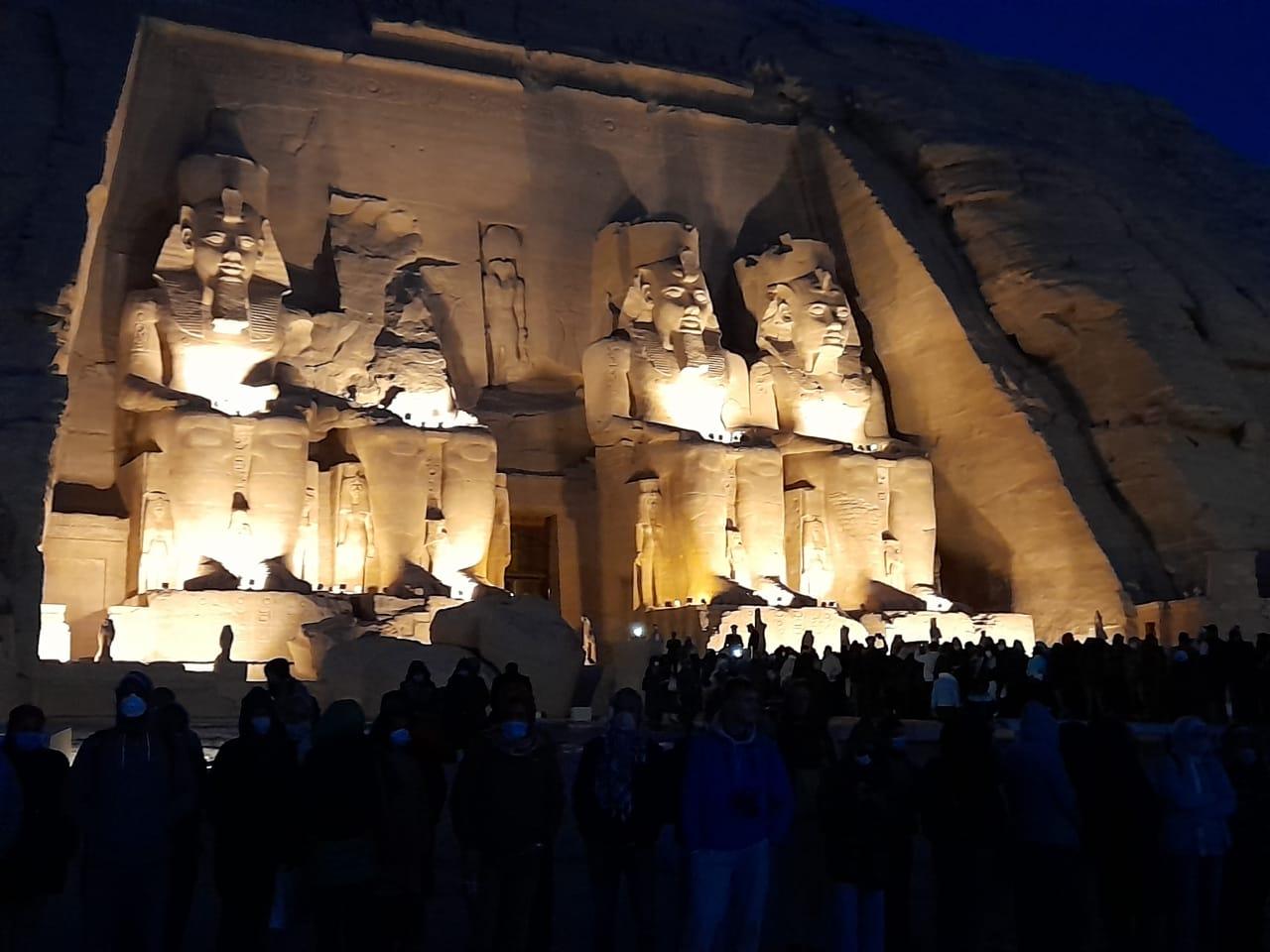 توافد الزوار على معبد أبوسمبل لحضور تعامد الشمس  (8)