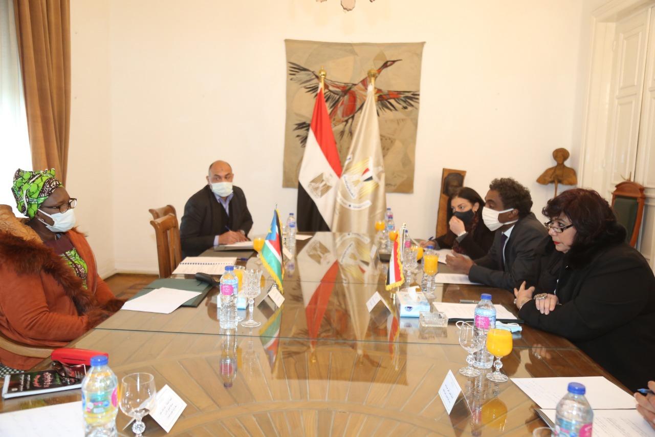وزيرة الثقافة تستقبل نظيرتها الجنوب سودانية (2)