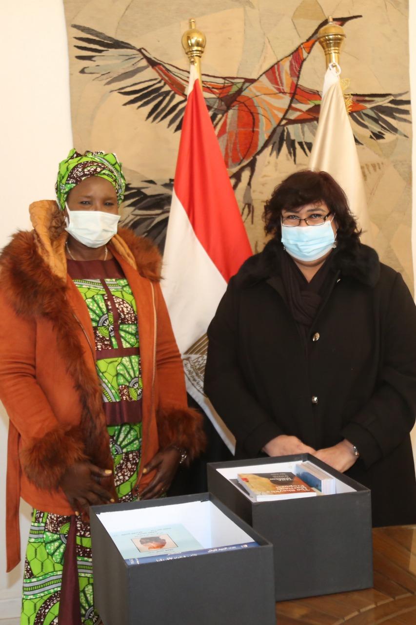 وزيرة الثقافة تستقبل نظيرتها الجنوب سودانية (1)
