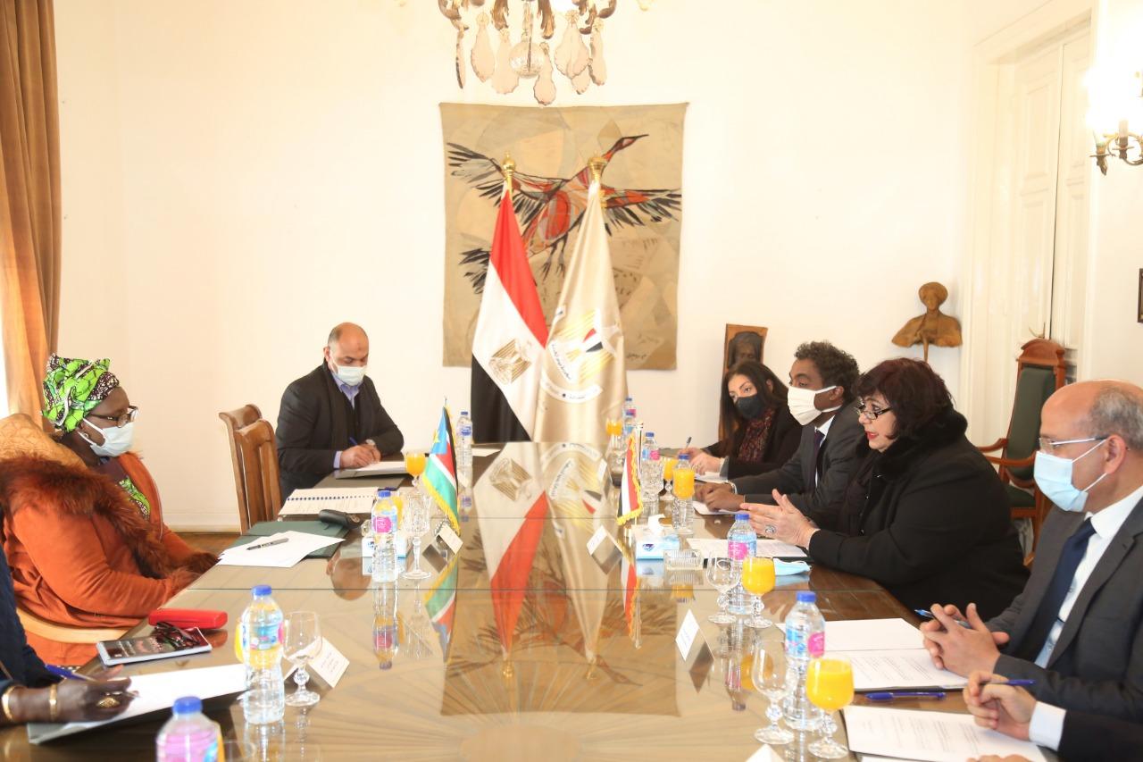 وزيرة الثقافة تستقبل نظيرتها الجنوب سودانية (4)
