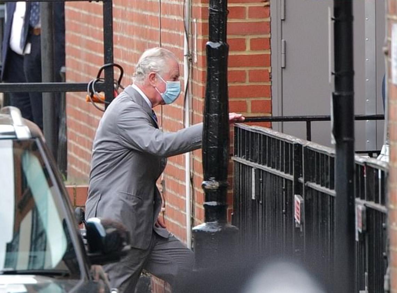 الأمير تشارلز يصل للمستشفى