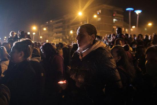 مواطنو صربيا يحملون الشموع تكريما لبالاسيفيتش