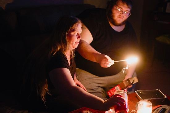 أسرة تأكل على شمعة
