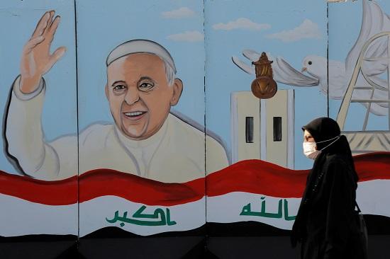 صورة البابا وعلم العراق
