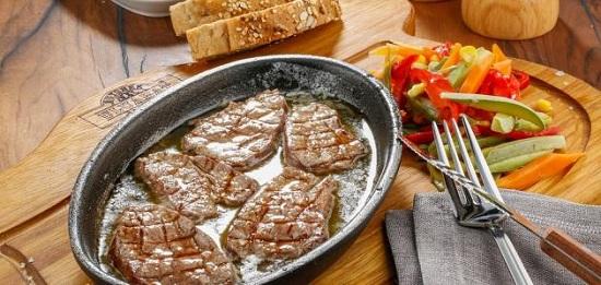 طريقة عمل ستيك اللحم بصوص المشروم (1)