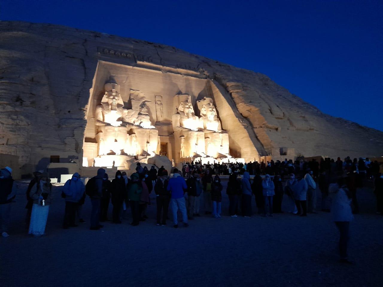توافد الزوار على معبد أبوسمبل لحضور تعامد الشمس  (7)