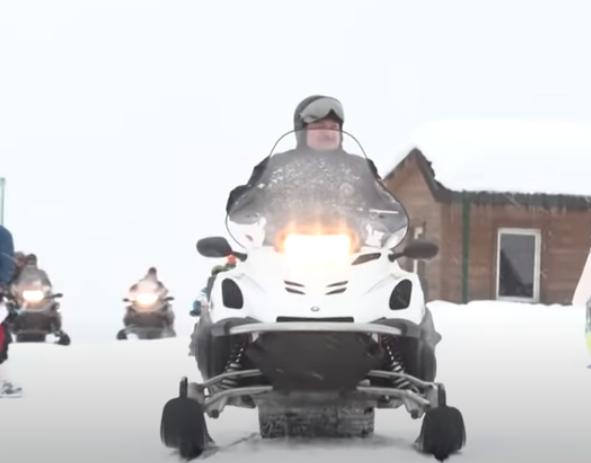 رئيس بيلاروسيا على زحافة الجليد