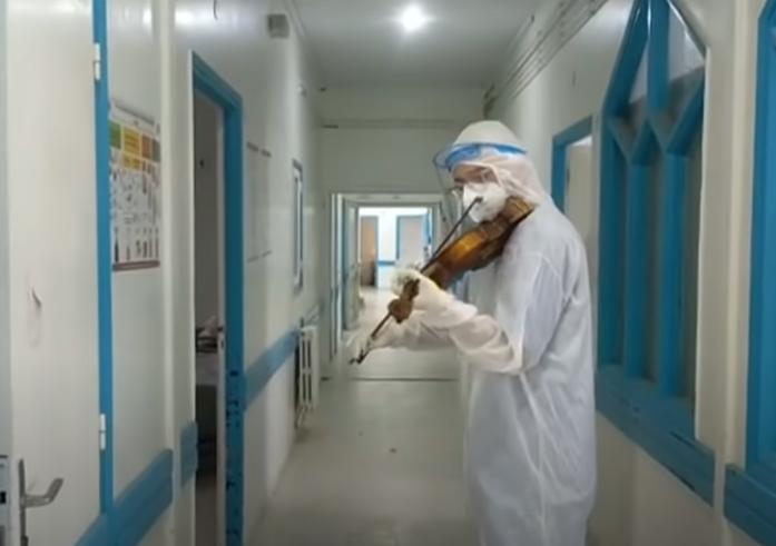 الطبيب يعزف فى اروقة المستشفى