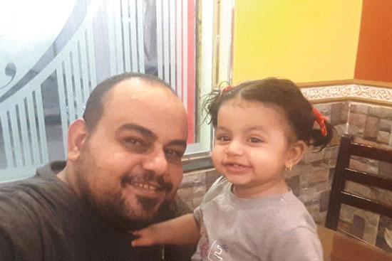 قتيل-الضبعية-فى-صورة-تذكارية-مع-طفلته