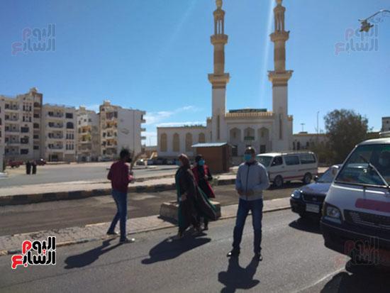 رئيس-مدينة-سفاجا-تتابع-إلتزام-السائقين-والمواطنين-بارتداء-الكمامة-(5)