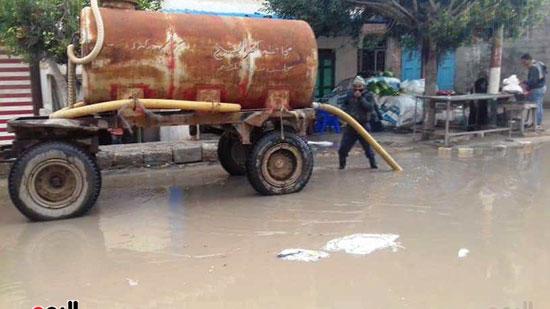 رفع مياه الأمطار من الشوارع بكفر الشيخ