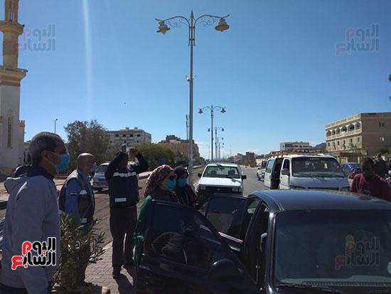 رئيس-مدينة-سفاجا-تتابع-إلتزام-السائقين-والمواطنين-بارتداء-الكمامة-(2)