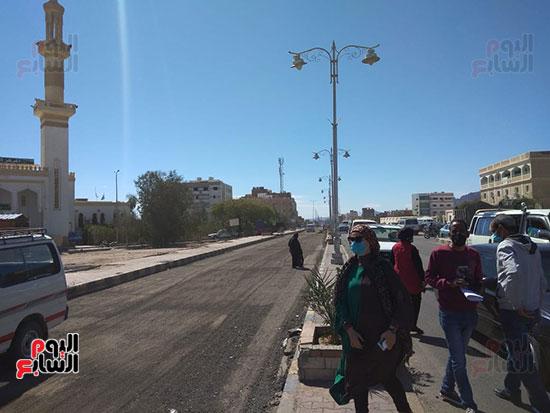 رئيس-مدينة-سفاجا-تتابع-إلتزام-السائقين-والمواطنين-بارتداء-الكمامة-(3)