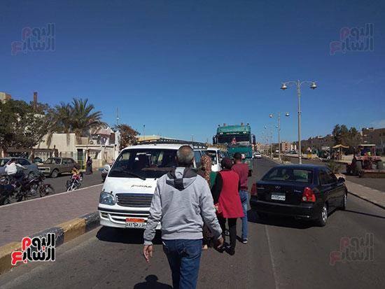 رئيس-مدينة-سفاجا-تتابع-إلتزام-السائقين-والمواطنين-بارتداء-الكمامة-(1)