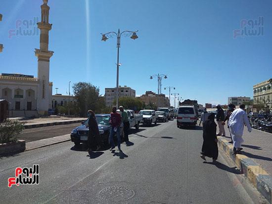 رئيس-مدينة-سفاجا-تتابع-إلتزام-السائقين-والمواطنين-بارتداء-الكمامة-(6)