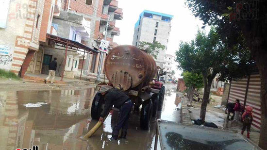 رفع مياه الأمطار من الشوارع بكفر الشيخ (2)