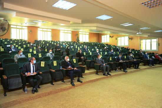 عمداء الكليات خلال اجتماع مجلس العمداء