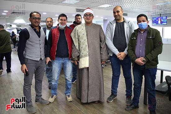 الشيخ محمود الشحات مع الزملاء داخل صالة التحرير