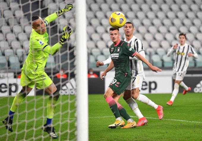 رونالدو يتابع الكرة