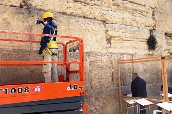 الاحتلال الإسرائيلى يرمم حجارة الحائط الغربى بالقدس (3)