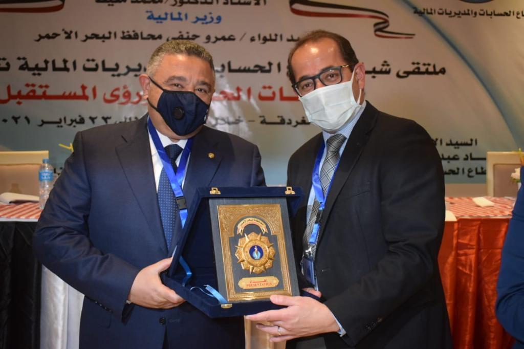 محافظ البحر الاحمر يهدى نائب الوزير درع المحافظة