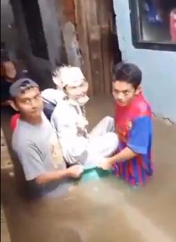 عروسان يزفان في دلو وحوض استحمام أطفال خلال فيضان إندونسيا  (3)