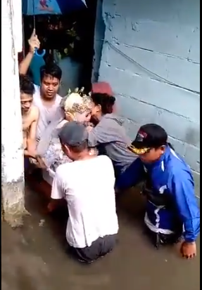 عروسان يزفان في دلو وحوض استحمام أطفال خلال فيضان إندونسيا  (4)
